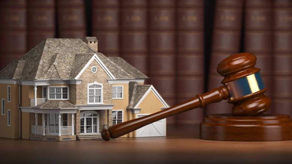 House-with-gavel-and-law-books-real-estate-law-xm3qzca