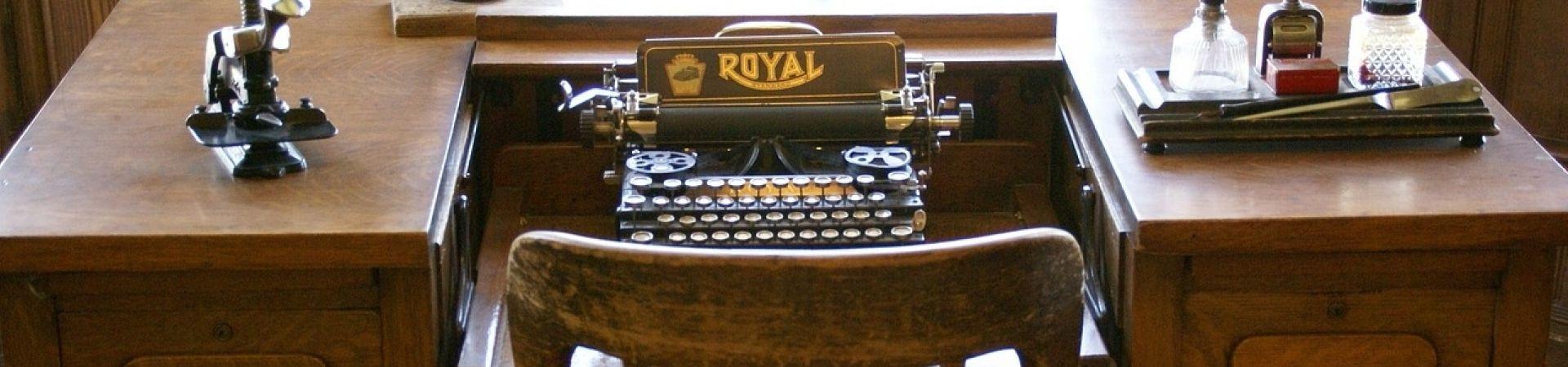 Typing-typewriter-vintage-antique-desk-typewriter-663487